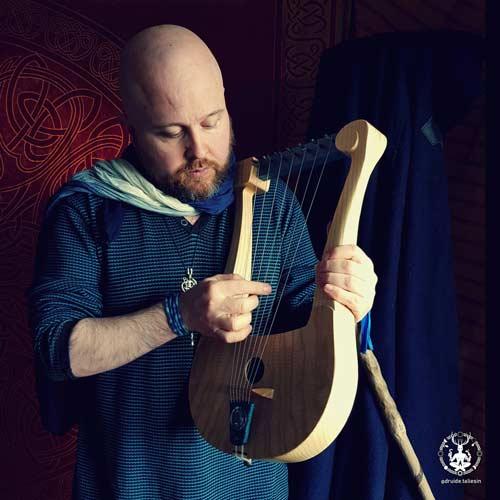 Le druide Taliesin joue de la lyre armoricaine